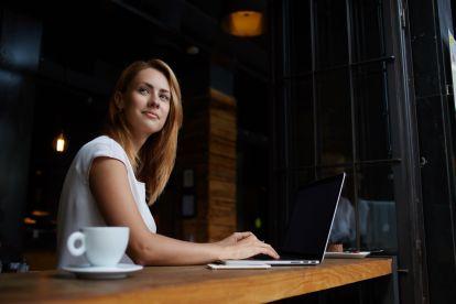berufserfahrung-junge-dame-laptop
