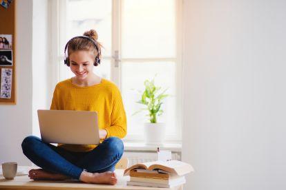 berufserfahrung-studentin-job-sitzt-laptop