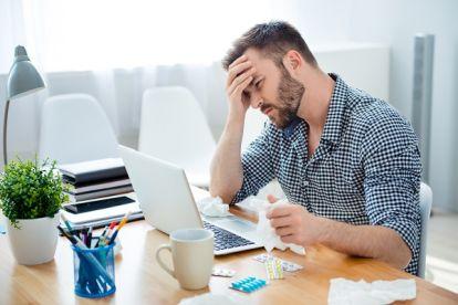 Betriebliches Gesundheitsmanagement Definition, Mann am Schreibtisch