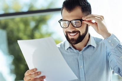 mann mit brille und text