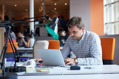 mann am schreibtisch im büro