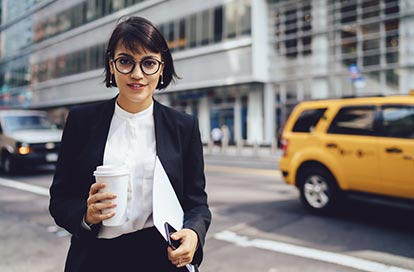 Frau mit Kaffeebecher, Employer Branding Beispiele