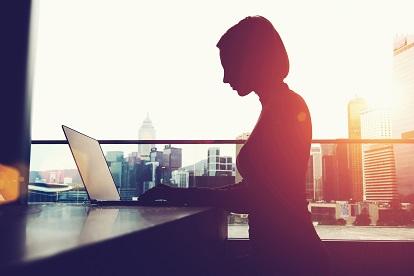 Generation Alpha, Frau arbeitet am Laptop