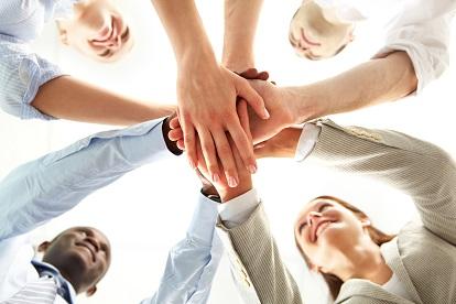 Menschen reichen sich die Hände - Recruitainment