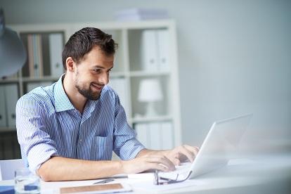 mann am schreibtisch am laptop