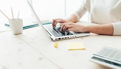 mann mit laptop und brille